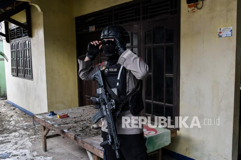 Petugas Kepolisian berjaga di depan rumah terduga teroris usai penggeledahan. (ilustrasi)