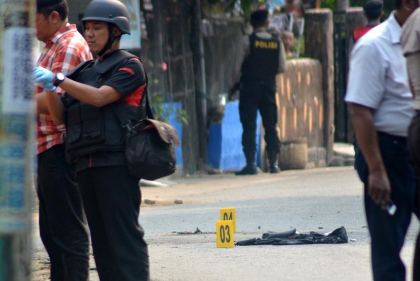 Petugas kepolisian berjaga di ledakan bom di kawasan Pogar, Bangil, Pasuruan, Jawa Timur, Kamis (5/7).