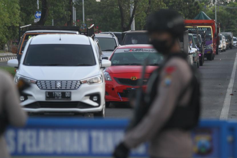Wakil Gubernur Jawa Timur Emil Elestianto Dardak menjanjikan ada pengendalian pemudik di Jembatan Suramadu sisi Surabaya. Pengendalian untuk mengantisipasi lonjakan kasus COVID-19 di wilayah setempat. (Foto ilustrasi: Penjagaan di pos penyekatan Jembatan Suramadu)