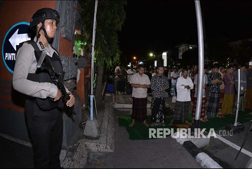 [ilustrasi] Petugas kepolisian berjaga saat umat Muslim menunaikan Salat Tarawih pertama di Masjid At-Taqwa Polda Bali, Denpasar, Rabu (16/5). Pemerintah menetapkan 1 Ramadan 1439 Hijriah jatuh pada hari Kamis, 17 Mei 2018.