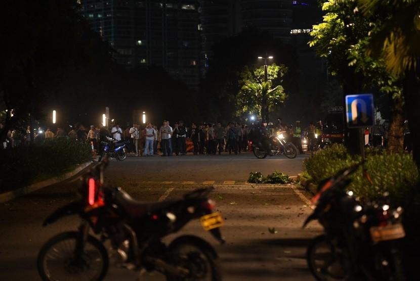 Petugas kepolisian berjaga seusai terdengar ledakan di kawasan parkir timur Senayan, Jakarta, Ahad (17/2/2019).