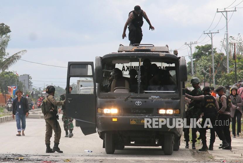 Petugas kepolisian dan TNI melakukan pengamanan saat terjadi aksi protes di Mimika, Papua, Rabu (21/8/2019).