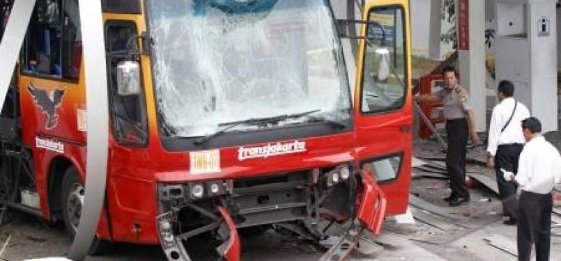 Petugas kepolisian melakukan olah tempat kejadian perkara meledaknya sebuah bus TransJakarta di Stasiun Pengisian Bahan bakar Gas (SPBG) Pinang Ranti, Jakarta Timur, Kamis (20/10).