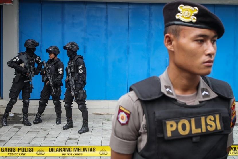[ilustrasi] Petugas kepolisian melakukan penjagaan saat berlangsung penggeledahan oleh tim Densus 88.
