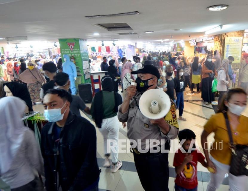 Petugas Kepolisian memberikan himbauan mencegah penyebaran COVID-19 kepada pengunjung pusat perbelanjaan Simpur Center Bandar Lampung, Lampung, Ahad (9/5/2021). Jelang Idul Fitri 1442 H jumlah pengunjung yang berbelanja di pusat perbelanjaan tersebut meningkat dari hari biasanya dengan tetap menerapkan protokol kesehatan ketat mencegah penyebaran COVID-19.