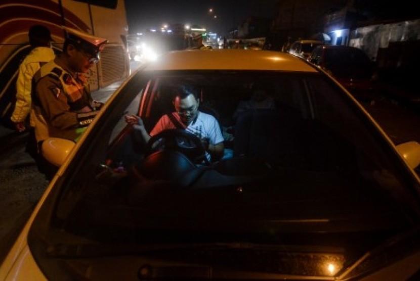 [Ilustrasi] Petugas Kepolisian memeriksa surat-surat pengendara saat melakukan operasi penyekatan massa di Gerbang Tol Cileunyi, Kabupaten Bandung, Jawa Barat, Selasa (21/5/2019). Operasi gabungan yang diikuti oleh 60 personil dari Polda Jabar dan Polres Bandung dilakukan untuk meminimalisir massa yang akan berangkat ke Jakarta untuk mengikuti aksi 22 Mei.