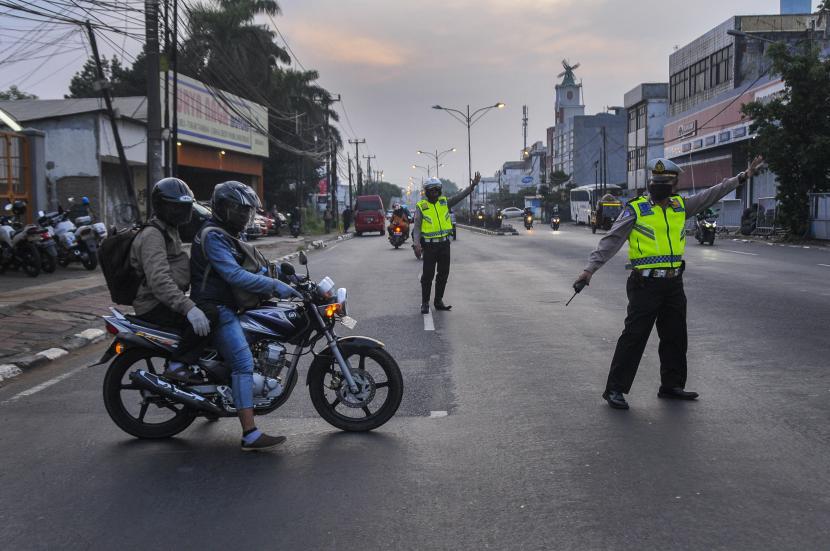 Petugas kepolisian mengarahkan pemudik bersepeda motor untuk berbalik arah di daerah Bulak Kapal, Bekasi, Jawa Barat. (ilustrasi)