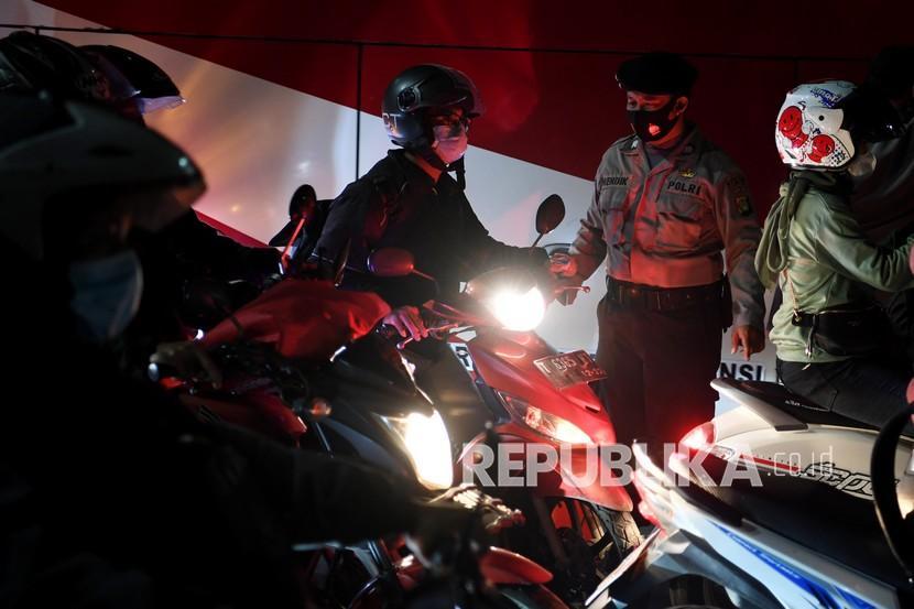 Petugas kepolisian menghentikan kendaraan saat melintasi posko penyekatan mudik di Kedungwaringin, Kabupaten Bekasi, Jawa Barat, Senin (10/5/2021). Polda Metro Jaya menambah jumlah petugas guna mengecek ribuan pemudik yang melintasi pos penyekatan perbatasan Bekasi -Karawang, Jawa Barat.