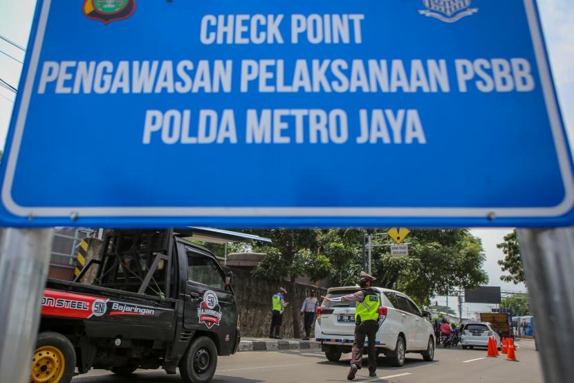 petugas kepolisian menghentikan kendaraan yang melintas di perbatasan tangerang jakarta 200410132428 346