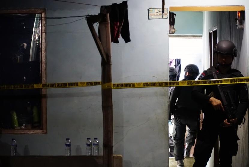 Petugas Kepolisian menjaga rumah kontrakan tempat terjadi ledakan yang diduga Bom Panci di daerah Kubang Beureum kelurahan Sekejati Buah Batu Bandung, Jawa Barat, Sabtu (8/7).