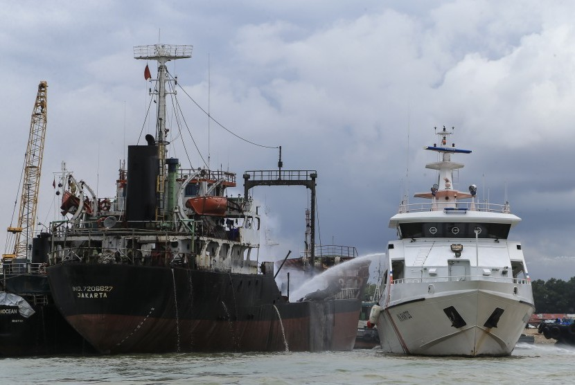 The Indonesia Sea and Coast Guard Directorate (KPLP) officers tried to extinguish the fire that burnt a ship at Batu Ampar harbour, Batam, Riau Islands, Wednesday (Nov 16, 2016).