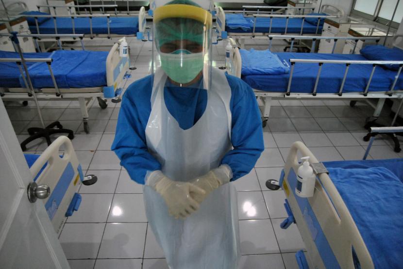 Petugas kesehatan berjalan di ruang perawatan pasien COVID-19, Rumah Sakit Lapangan Kota Bogor, Jawa Barat (ilustrasi)