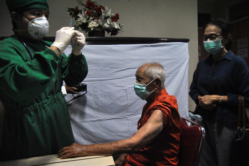Petugas kesehatan bersiap menyuntikkan vaksin COVID-19 untuk warga lanjut usia (lansia) yang berusia 104 tahun di RS Vania, Kota Bogor, Jawa Barat, Selasa (23/3/2021). Salah satu warga lanjut usia (lansia) tertua di Indonesia yang mengikuti vaksinasi COVID-19 tersebut dalam kondisi sehat dan diharapkan bisa memotivasi masyarakat untuk tidak takut mengikuti program vaksinasi COVID-19 yang dicanangkan pemerintah.