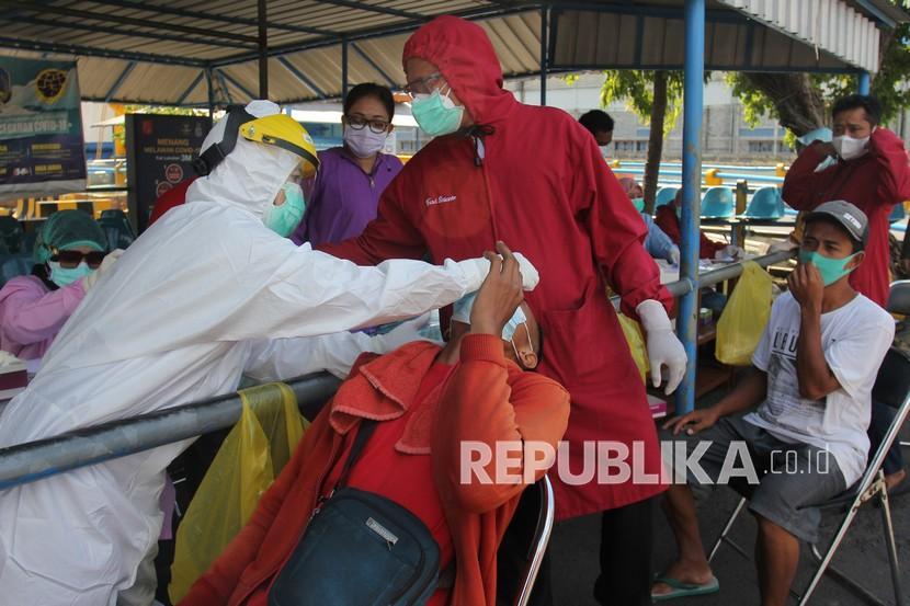 [Ilustrasi] Petugas kesehatan melakukan tes Covid-19 di Surabaya, Jawa Timur.