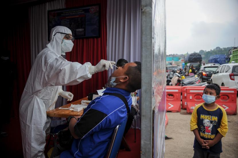 Petugas kesehatan melakukan tes usap Antigen kepada pengendara saat operasi PPKM Mikro di Gerbang Keluar Tol Cileunyi, Kabupaten Bandung, Jawa Barat, Jumat (18/6/2021). Petugas gabungan memberikan layanan tes cepat antigen kepada pengendara dengan nomor polisi dari luar Kota Bandung yang akan menuju arah Sumedang, Garut, dan Tasik guna mencegah penyebaran COVID-19 di Jawa Barat yang sedang dinyatakan siaga satu COVID-19.