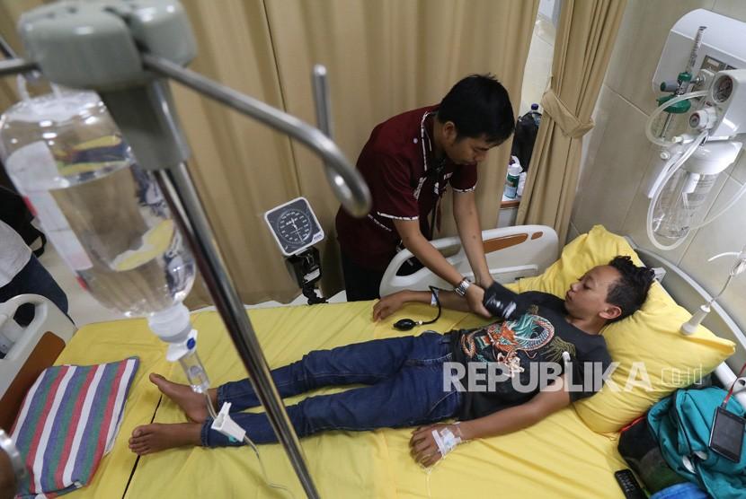 Petugas kesehatan memberikan penanganan medis kepada pasien penderita Demam Berdarah Dengue (DBD) di Rumah Sakit Umum Daerah Simpang Lima Gumul, Kediri, Jawa Timur, Kamis (17/1/2019).
