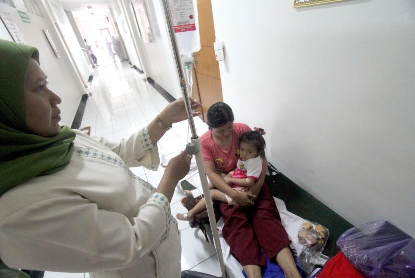 Petugas kesehatan memberikan penanganan medis kepada pasien penderita Demam Berdarah Dengue (DBD) di Rumah Sakit Umum Daerah Cibinong, Bogor, Jawa Barat, Rabu (30/1/2019).