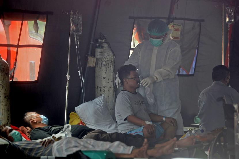 Petugas kesehatan memberikan perawatan kepada pasien yang berada didalam tenda darurat RSUD Chasbullah Abdulmajid Kota Bekasi, Jawa Barat. (ilustrasi)