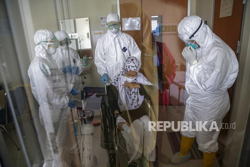 Petugas kesehatan memberikan pertolongan kepada pasien suspect virus Corona saat simulasi penanganan medis di RSUD Raja Ahmad Tabib, Tanjungpinang, Kepulauan Riau. Varian baru Corona saat ini diduga menjadi penyebab ganasnya penularan Covid-19 di Tanjungpinang. (ilustrasi)