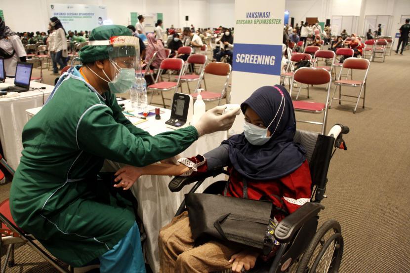 Petugas kesehatan memeriksa tekanan darah dan suhu calon penerima vaksin COVID-19 saat vaksinasi di Terminal Tironadi, Solo, Jawa Tengah, Kamis (16/9/2021). Capaian vaksinasi COVID-19 di Kota Solo telah melampaui angka 100 persen dari target 417.151 sasaran penerima vaksin dan sebanyak 421.567 warga telah menerima suntikan vaksin dosis pertama dari berbagai program vaksinasi Pemerintah Kota Solo.