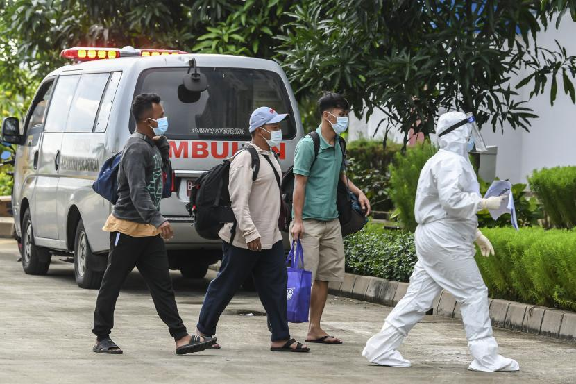 Petugas kesehatan mendampingi pasien COVID-19 dengan kategori Orang Tanpa Gejala (OTG) yang tiba di Rumah Susun Nagrak, Cilincing, Jakarta Utara, Senin (21/6/2021). Data Satuan Tugas Penanganan COVID-19 per hari Senin (21/6) menyebutkan kasus positif COVID-19 bertambah 14.536 orang sehingga total menjadi 2.004.445 orang, sementara kasus pasien sembuh bertambah 9.233 orang menjadi 1.801.761 orang, dan kasus meninggal akibat COVID-19 bertambah 294 jiwa sehingga totalnya menjadi 54.956 jiwa.