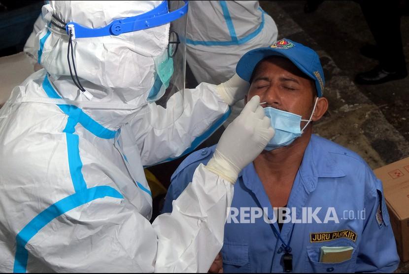 Petugas kesehatan mengambil sampel tes cepat Antigen dari seorang juru parkir saat pelacakan Covid-19 di Pasar Kreneng, Denpasar, Bali, beberapa waktu lalu. (ilustrasi)
