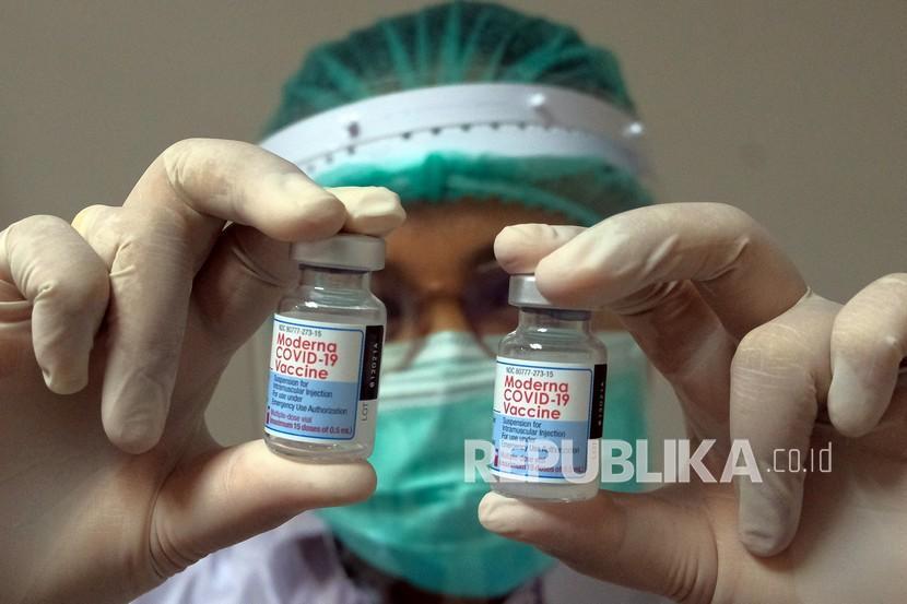 Petugas kesehatan menunjukkan vaksin Moderna saat vaksinasi COVID-19 dosis ketiga di Rumah Sakit Bali Mandara, Denpasar, Bali, Rabu (4/8/2021). Vaksinasi COVID-19 dosis ketiga atau booster bagi 40.768 tenaga kesehatan di seluruh Bali untuk memberikan perlindungan maksimal bagi para tenaga kesehatan yang langsung menangani pasien COVID-19.