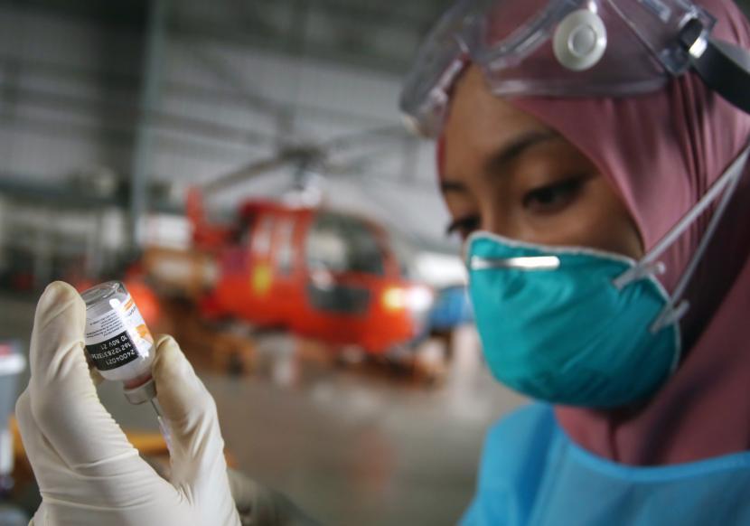 Petugas kesehatan menyiapkan vaksin COVID-19 untuk disuntikkan kepada seorang warga di Pangkalan Udara TNI Angkatan Laut (AL) Pondok Cabe, Tangerang Selatan, Banten, Kamis (5/8/2021). Pelaksanaan vaksinasi ini merupakan kontribusi TNI AL dalam percepatan vaksinasi COVID-19 secara Nasional.