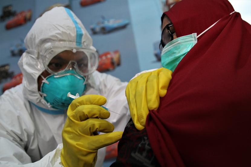 Petugas kesehatan menyuntikan vaksin COVID-19 di Puskesmas Kemaraya, Kendari, Sulawesi Tenggara. Tim Satuan Tugas Penanganan COVID-19 Sulawesi Tenggara (Sultra) mencatat total pasien sembuh dari terinfeksi SARS-CoV-2 menjadi 9.692, setelah hari Kamis ini bertambah dua orang.