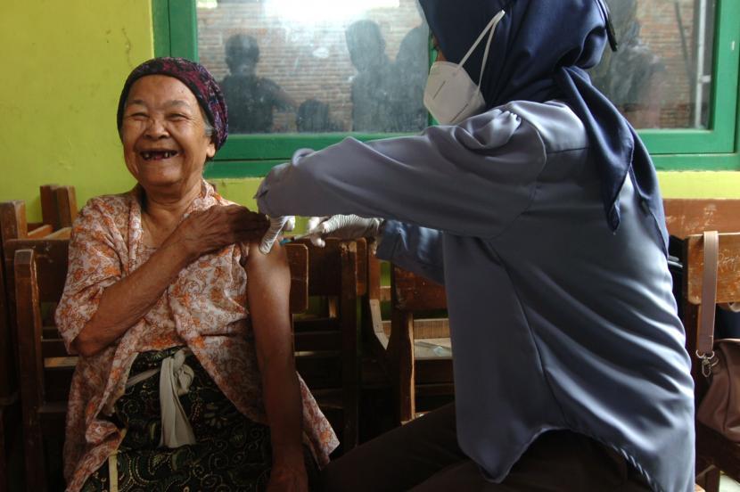 Petugas kesehatan menyuntikkan vaksin COVID-19 kepada nenek bernama Tarmi di rumahnya Kelurahan Kalinyamat Wetan, Tegal, Jawa Tengah, Kamis (21/10/2021). Tarmi merupakan lansia tertua dengan usia 102 tahun yang mengikuti vaksinasi COVID-19 di Kota Tegal.
