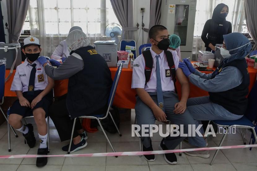 Petugas kesehatan menyuntikkan vaksin Covid-19 kepada pelajar.