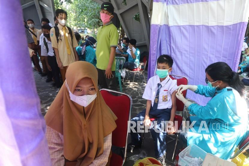Petugas kesehatan menyuntikkan vaksin COVID-19 kepada pelajar di Taman Hutan Kota Joyoboyo, Kota Kediri, Jawa Timur, Sabtu (18/9/2021). Pemerintah daerah setempat berupaya mempercepat vaksinasi COVID-19 melalui vaksinasi massal kepada pelajar usia 12 tahun ke atas seiring telah dimulainya Pembelajaran Tatap Muka Terbatas (PTMT) di sejumlah sekolah.