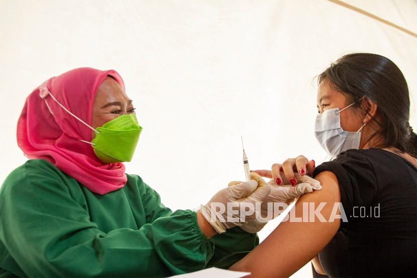 Petugas kesehatan menyuntikkan vaksin COVID-19 kepada seorang warga saat vaksinasi massal di Stadion Singaperbangsa, Karawang, Jawa Barat, Sabtu (24/7/2021). Vaksinasi massal yang digelar BPBD Jawa Barat dan Pemerintah Kabupaten Karawang tersebut menyiapkan sedikitnya dua ribu dosis per hari dengan total persediaan 56 ribu dosis vaksin COVID-19 untuk masyarakat guna mencegah lonjakan kasus COVID-19.