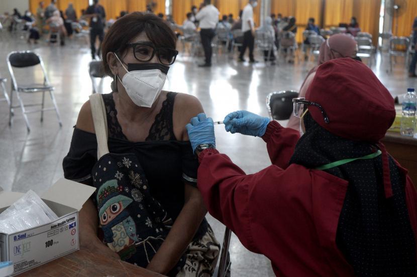 Petugas kesehatan menyuntikkan vaksin COVID-19 kepada seorang warga saat vaksinasi bagi kelompok rentan di Gedung Wana Graha Bhakti Yasa, Yogyakarta, Senin (23/8/2021). Vaksinasi COVID-19 yang digagas Forum Pengurangan Risiko Bencana (FPRB) DIY, Dinas Kesehatan dan YAPPIKA-ActionAid itu ditargetkan dapat memvaksin 1500 peserta kriteria transgender, difabel, lansia dan anak-anak usia 12-18 tahun