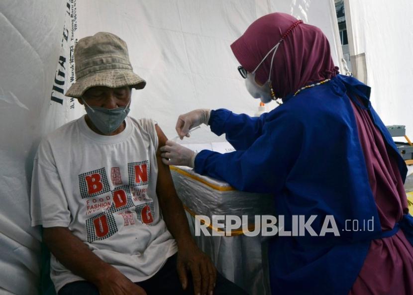 Petugas kesehatan menyuntikkan vaksin COVID-19 Sinovac kepada pedagang di Pasar Tradisional Bambu Kuning, Bandar Lampung, Lampung, Kamis (8/4/2021). Pedagang pasar di Bandar Lampung mulai mendapatkan vaksin dosis pertama guna menangkal penyebaran COVID-19 di pasar tradisional yang sering terjadi kerumunan saat bertransaksi.