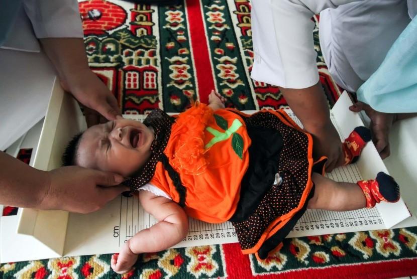 Petugas Kesehatan Puskesmas Muara Dua melakukan pemeriksaan stunting anak meliputi status gizi, berat badan dan tinggi badan. Peningkatan berat umumnya terjadi pada anak kategori TK serta anak obesitas