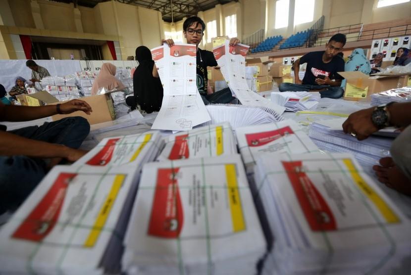 Petugas Komisi Independen Pemilihan (KIP) Kota Banda Aceh memperlihatkan surat suara DPR yang rusak saat penyortiran dan pelipatan di Banda Aceh, Aceh, Selasa (12/3/2019).