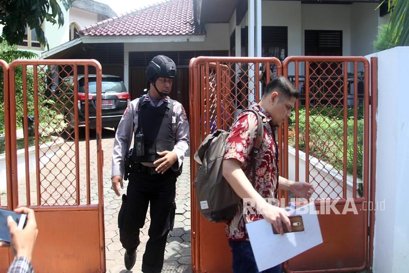 Petugas Komisi Pemberantasan Korupsi (KPK) dikawal pihak kepolisian, keluar dari rumah Bupati Solok Selatan Muzni Zakaria di jalan Mataram, Padang, Sumatera Barat, Kamis (25/4/2019).