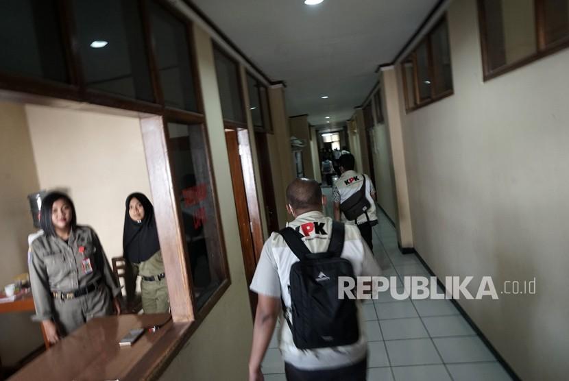 Petugas KPK melanjutkan proses penggeledahan ke ruang kerja bupati, usai menggeledah rumah dinas Bupati Purbalingga, di komplek Kantor Bupati Purbalingga, Jawa Tengah, Rabu (6/6).