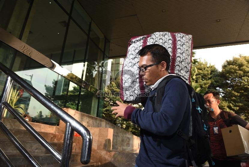 Petugas KPK membawa barang bukti dari operasi tangkap tangan (ott) di Gedung KPK, Jakarta, Sabtu (20/6).(ANTARA FOTO/Hafidz Mubarak)