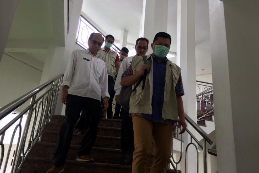 Petugas KPK membawa Kadis PUPR dan Sekda Kota Tasikmalaya usai melakukan pemeriksaan di ruang Wali Kota Tasik, Rabu (24/4).