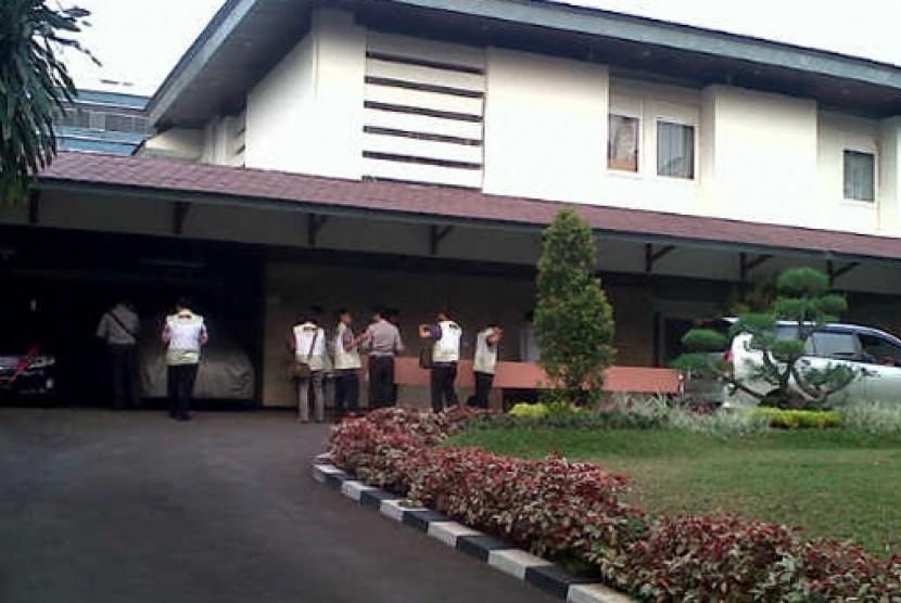 Petugas KPK tengah melakukan penggeledahan di rumah dinas Akil Mochtar