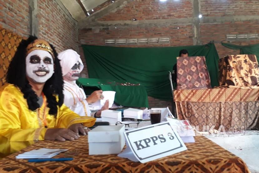 Petugas KPPS di TPS 7 Keljrahan Randusari, Kecamatan Semarang Selatan, Kota Semarang mengenakan kostum horor, pada pemungutan suara pilgub Jawa Tengah 2018, Rabu (26/6). Tema horor dipilih untuk menarik warga menggunakan hak suaranya.