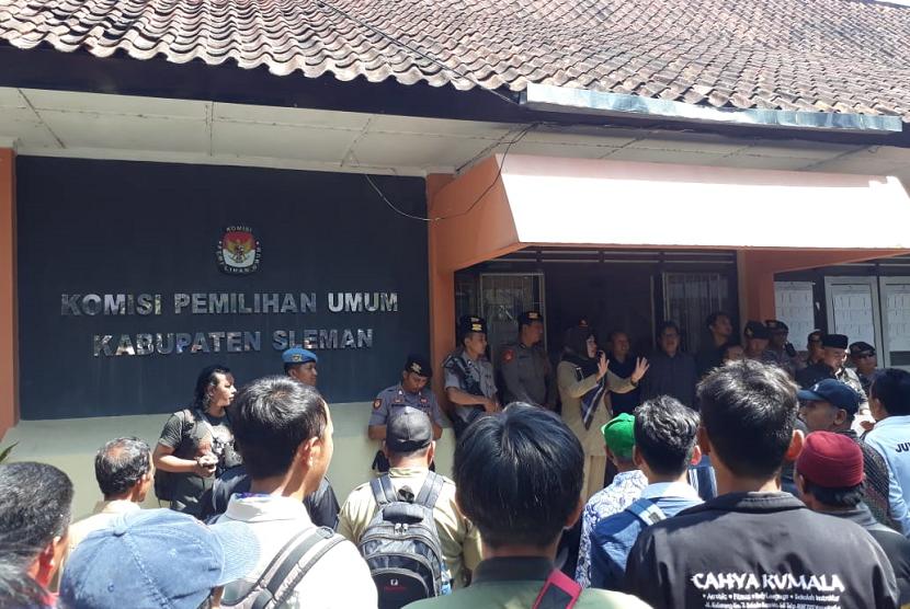 Ratusan Petugas KPPS Geruduk KPU Sleman Tuntut Honor