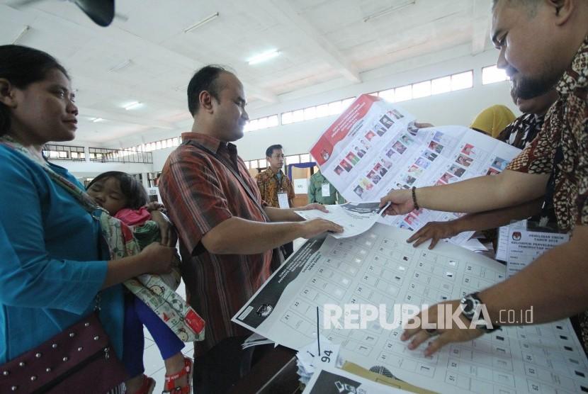 Petugas KPPS melayani pasangan penyandang diasabilitas Moko (43 tahun) dan Kiki (35 tahun) untuk menyalurkan aspirasinya pada pemilu 2019, di TPS 007, komplek Panti Sosial Bina Netra Wyata Guna, Kota Bandung, Rabu (17/4).