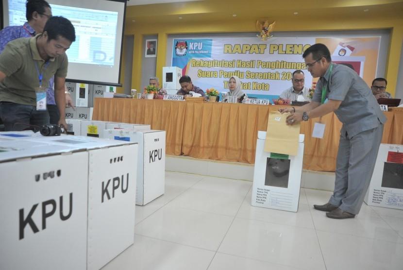 Petugas KPU Kota Palembang membuka dokumen pada Rapat Pleno Terbuka Rekapitulasi Penghitungan Surat Suara Tingkat Kota di Aula KPU Palembang, Sumsel, Sabtu (4/5/2019).