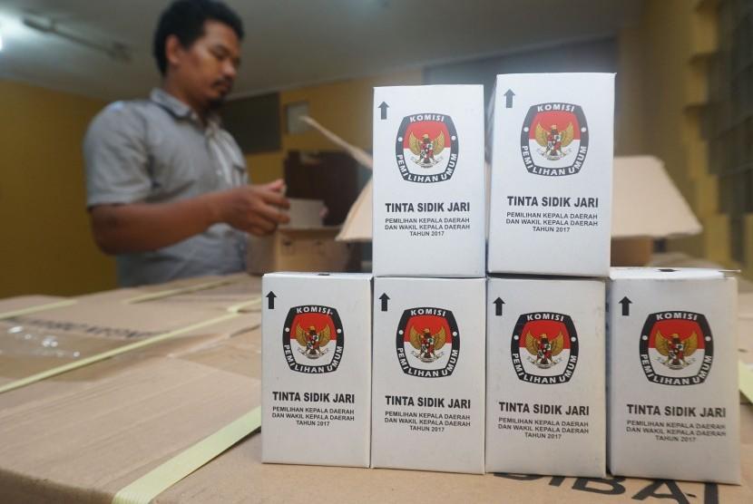 Petugas KPU Kota Tangerang memeriksa dus berisi tinta sidik jari untuk Pilkada Gubernur Banten di kantor KPU kota Tangerang, Banten, Selasa (17/1).