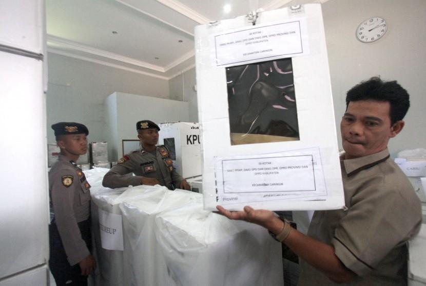 Petugas KPU membawa kotak suara Pemilu untuk diambil berkas sebagai alat bukti sengketa Pilpres di Kantor KPU, Cibinong, Kabupaten Bogor, Jawa Barat, Rabu (12/6/2019).