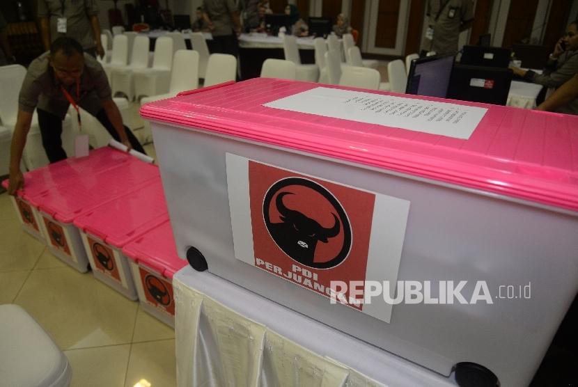 Petugas KPU menata boks kontainer berisi berkas dan syarat pendaftaran partai PDI-P di kantor KPU Pusat, Jakarta, Rabu (11/10).