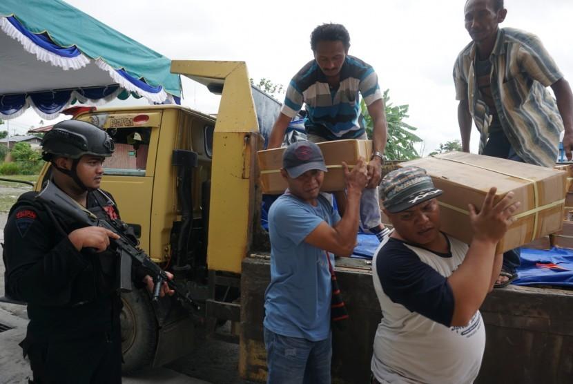 Petugas KPU mengangkut logistik Pilkada ke gedung Eme Neme Yauware, Timika, Papua, Sabtu (23/6).